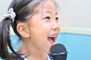 カラオケを楽しむ女の子の写真素材 [FYI00613365]
