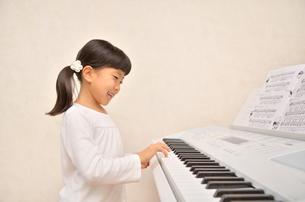 ピアノを弾く女の子の写真素材 [FYI00613384]