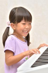 ピアノを弾く女の子の写真素材 [FYI00613386]