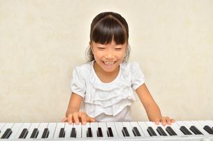 ピアノを弾く女の子の写真素材 [FYI00613389]