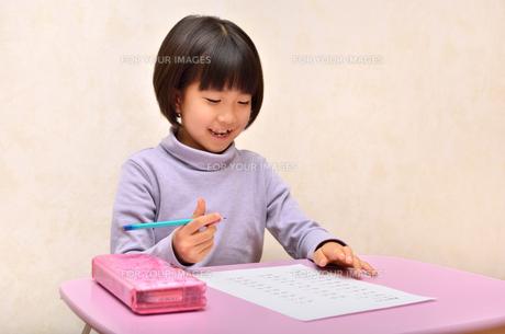 勉強する女の子の写真素材 [FYI00613763]