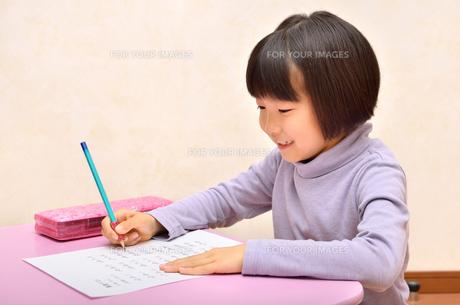 勉強する女の子の写真素材 [FYI00613767]