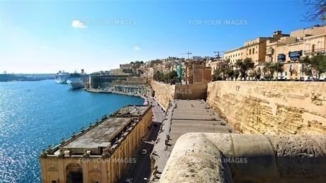 バレッタ旧市街の海岸線の写真素材 [FYI00613851]