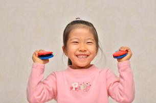 カスタネットで演奏する女の子の写真素材 [FYI00613885]