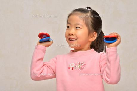 カスタネットで演奏する女の子の写真素材 [FYI00613887]