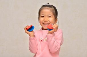 カスタネットで演奏する女の子の写真素材 [FYI00613889]