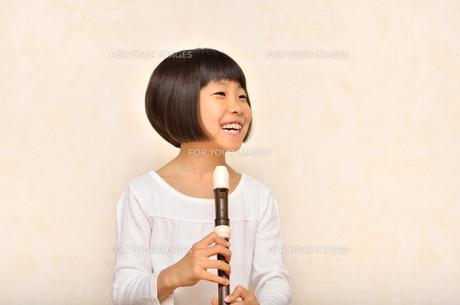 リコーダーで演奏する女の子の写真素材 [FYI00613894]