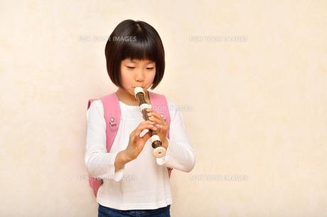 リコーダーで演奏する女の子の写真素材 [FYI00613897]