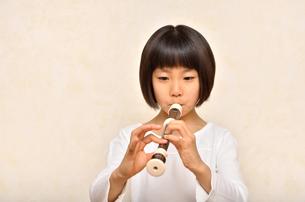 リコーダーで演奏する女の子の写真素材 [FYI00613898]
