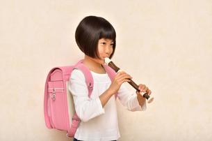 リコーダーで演奏する女の子の写真素材 [FYI00613899]