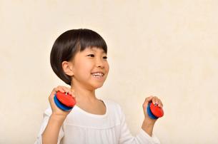 カスタネットで演奏する女の子の写真素材 [FYI00613900]