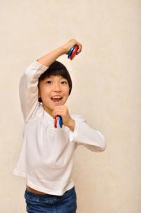 カスタネットで演奏する女の子の写真素材 [FYI00613901]