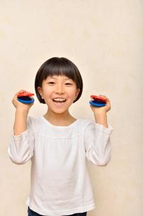 カスタネットで演奏する女の子の写真素材 [FYI00613902]