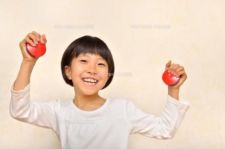 カスタネットで演奏する女の子の写真素材 [FYI00613904]