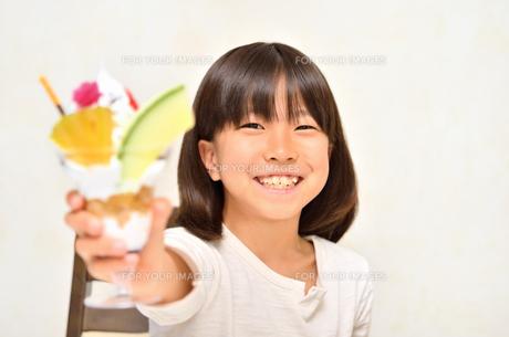パフェを差し出す女の子の写真素材 [FYI00613906]