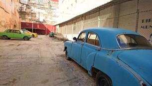 キューバの街角の駐車場の写真素材 [FYI00614115]