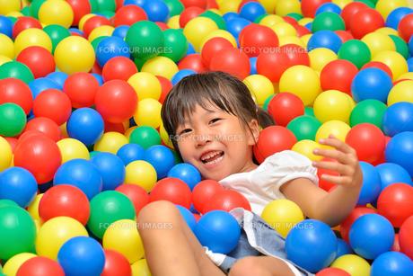 ボールプールで遊ぶ女の子の写真素材 [FYI00618277]