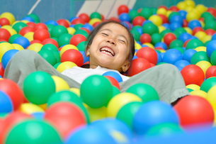 ボールプールで遊ぶ女の子の写真素材 [FYI00618278]
