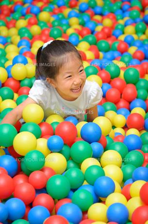 ボールプールで遊ぶ女の子の写真素材 [FYI00618279]