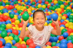 ボールプールで遊ぶ女の子の写真素材 [FYI00618280]