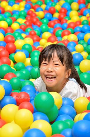 ボールプールで遊ぶ女の子の写真素材 [FYI00618281]