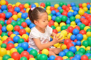 ボールプールで遊ぶ女の子の写真素材 [FYI00618283]