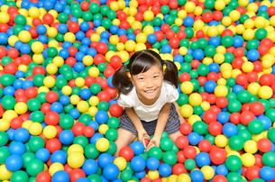 ボールプールで遊ぶ女の子の写真素材 [FYI00618284]