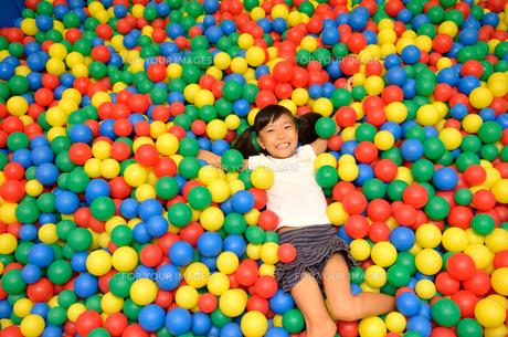 ボールプールで遊ぶ女の子の写真素材 [FYI00618286]