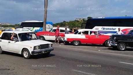 ハバナを行き交う車の写真素材 [FYI00618356]