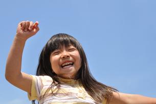 青空で笑う女の子の写真素材 [FYI00618393]