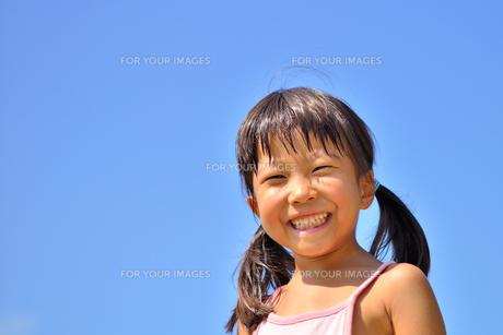 青空で笑う女の子の写真素材 [FYI00618399]