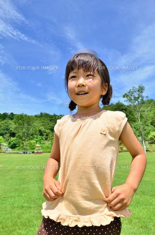 青空で笑う女の子の写真素材 [FYI00618402]