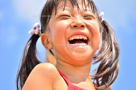 青空で笑う女の子の写真素材 [FYI00618403]