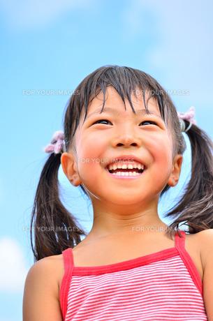 青空で笑う女の子の写真素材 [FYI00618406]