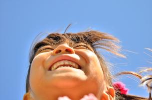 青空で笑う女の子の写真素材 [FYI00618407]