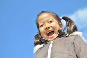青空で笑う女の子の写真素材 [FYI00618410]