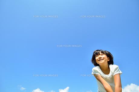 青空で笑う女の子の写真素材 [FYI00618424]