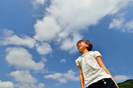 青空で笑う女の子の写真素材 [FYI00618425]