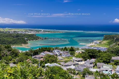 沖縄うるま市の綺麗な海 シヌグ堂バンタからの眺めの写真素材 [FYI00618483]