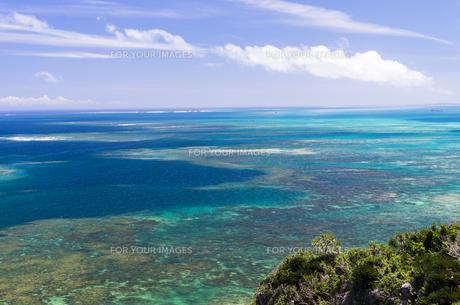 沖縄うるま市の綺麗な海 果報(かふう)バンタからの眺めの写真素材 [FYI00618489]