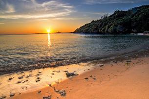 伊江島と夕日の写真素材 [FYI00618519]
