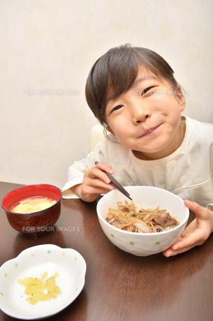 牛丼を食べる女の子の写真素材 [FYI00618576]