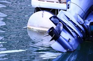モーターボートのエンジンとスクリューの写真素材 [FYI00618638]