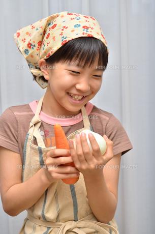 料理をする女の子の写真素材 [FYI00619188]