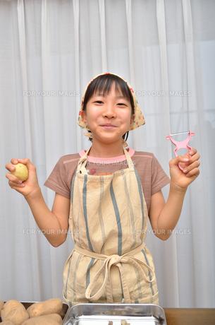料理をする女の子の写真素材 [FYI00619195]