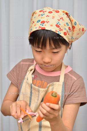 料理をする女の子の写真素材 [FYI00619208]