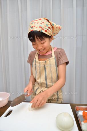 料理をする女の子の写真素材 [FYI00619213]