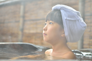 温泉を楽しむ女の子の写真素材 [FYI00619222]