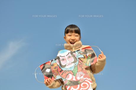 凧揚げを楽しむ女の子の写真素材 [FYI00619262]