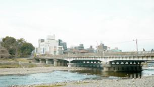 京都鴨川 賀茂大橋の写真素材 [FYI00619332]